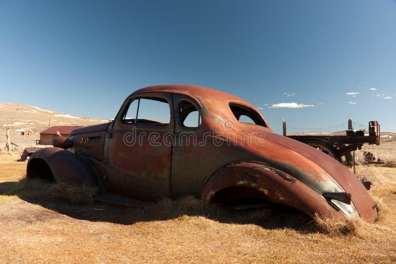 Automóvil aherrumbrado en parque de estado de Bodie fotos de archivo