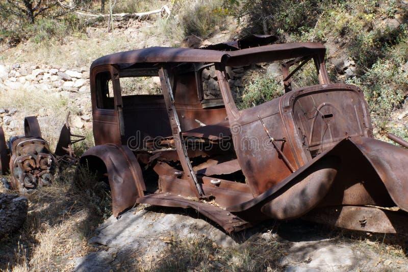 Automóvil arruinado del vintage en rocas fotografía de archivo libre de regalías