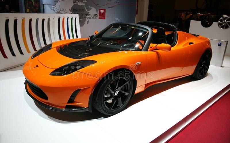 Automóvil descubierto de Tesla eléctrico en la demostración de motor de París imagenes de archivo