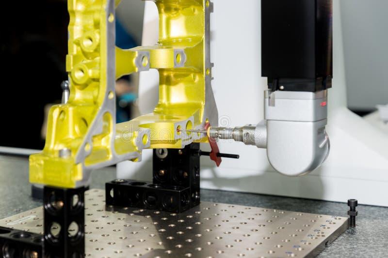 autom d'aluminium de dimension d'inspection d'opérateur de la mesure 5-axis images stock