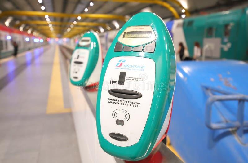 Automat do weryfikacji biletów kolejowych Leonardo da Vinci Fiumicino, Rzym Włochy obraz royalty free