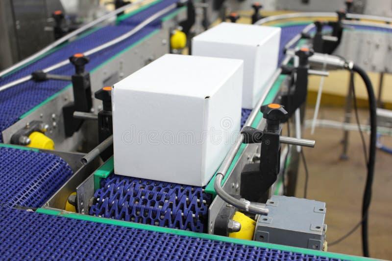 Automation - boîtes en carton sur la bande de conveyeur photographie stock