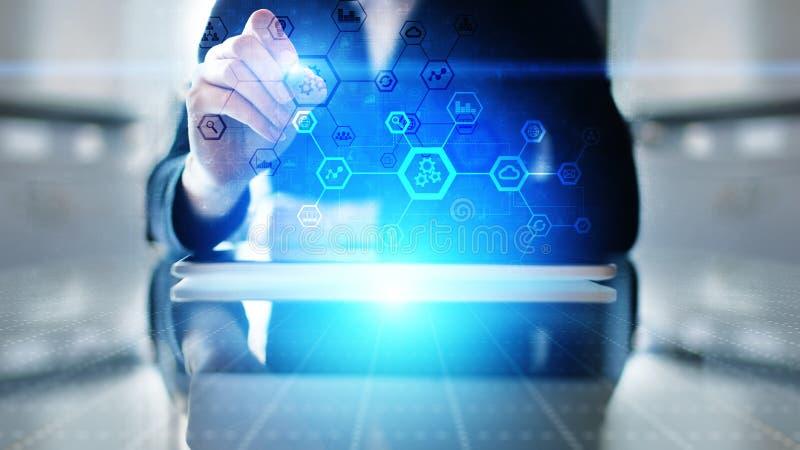 Automationsystemstruktur på den faktiska skärmen Smart fabriks- teknologi och internet av sakerbegreppet royaltyfri foto