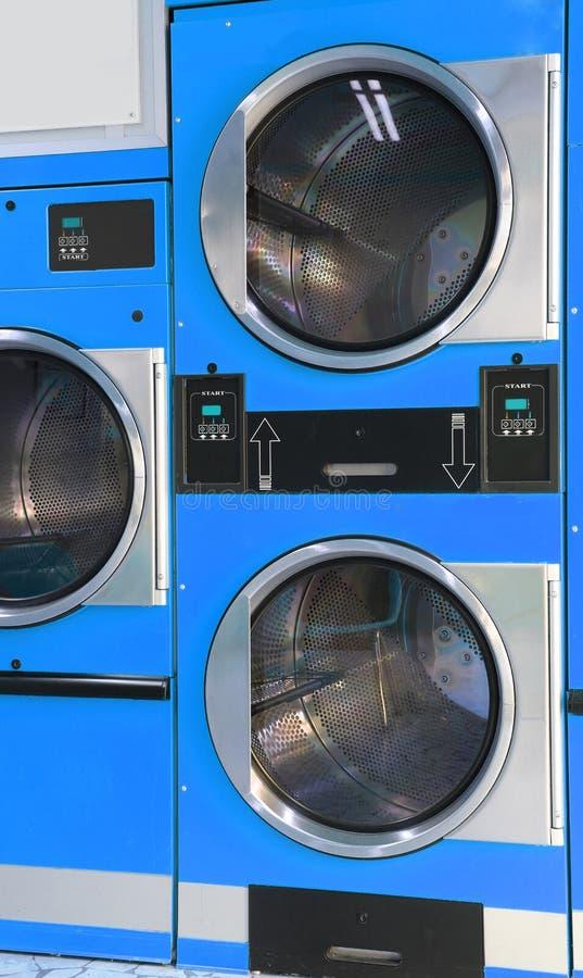 Automatisch die drogersmuntstuk in laundromat in werking wordt gesteld royalty-vrije stock fotografie