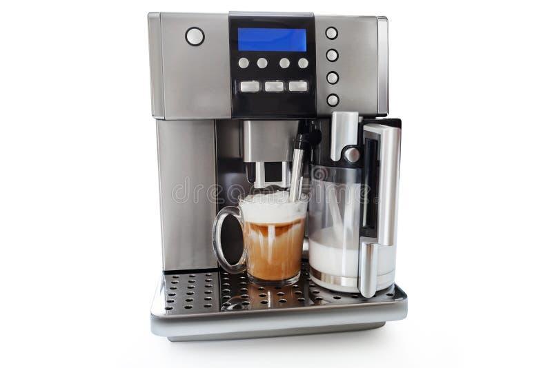 Automatisch koffiezetapparaat met kop van koffie en melkkruik stock afbeelding