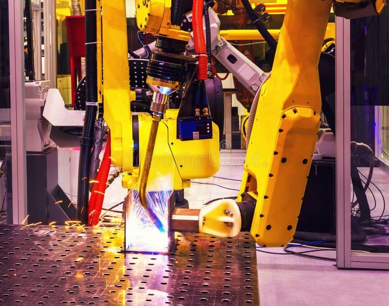 Automatisch robotachtig wapen voor de verrichtingendiepte van het metaallassen van gebiedsonduidelijk beeld op productielijn van  royalty-vrije stock afbeeldingen