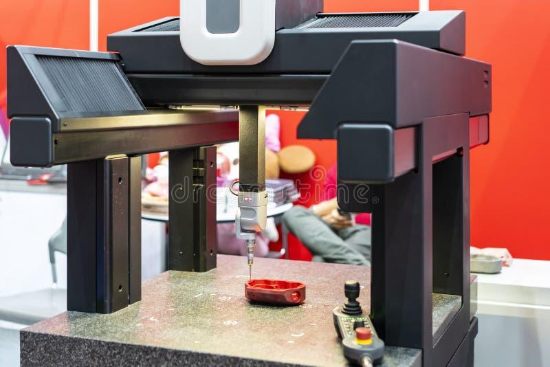 Automatische beigeordnete Maßmaschine CMM der modernen und hohen Genauigkeit während des Maßinspektions-Castingteils der Maschine lizenzfreies stockbild