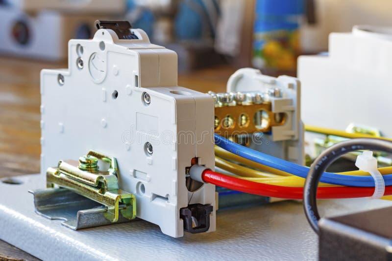 Automatische die stroomonderbreker op een DIN-Spoor wordt geïnstalleerd stock foto
