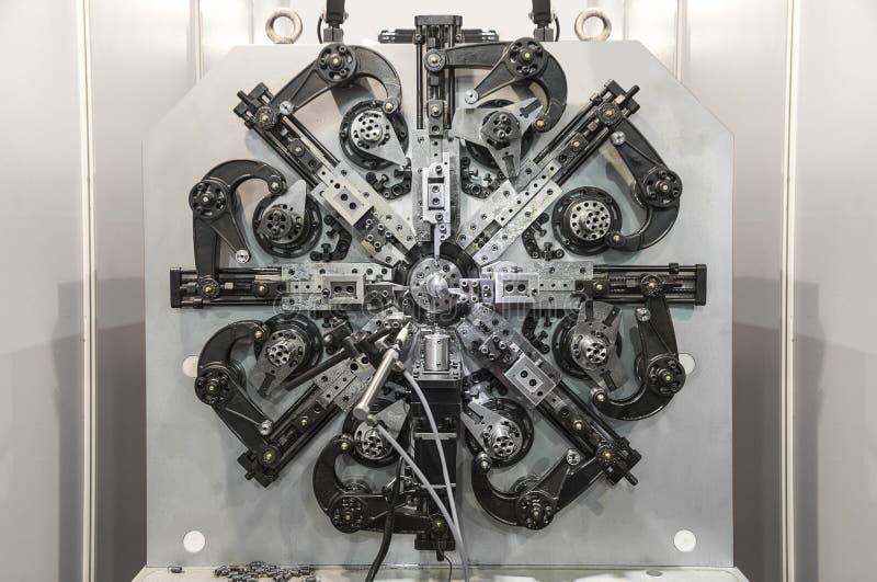 Automatische draad buigende machine, Hoge precisie die CNC cen machinaal bewerken royalty-vrije stock afbeeldingen