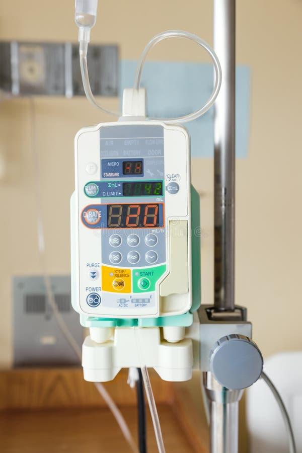 Automatische infusiepomp van IV daling stock fotografie