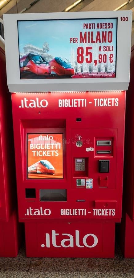 Automatische kaartjesautomaat voor Italiaanse trein bij het station Deze machine kan tijdschema, kaartje ook drukken en royalty-vrije stock foto