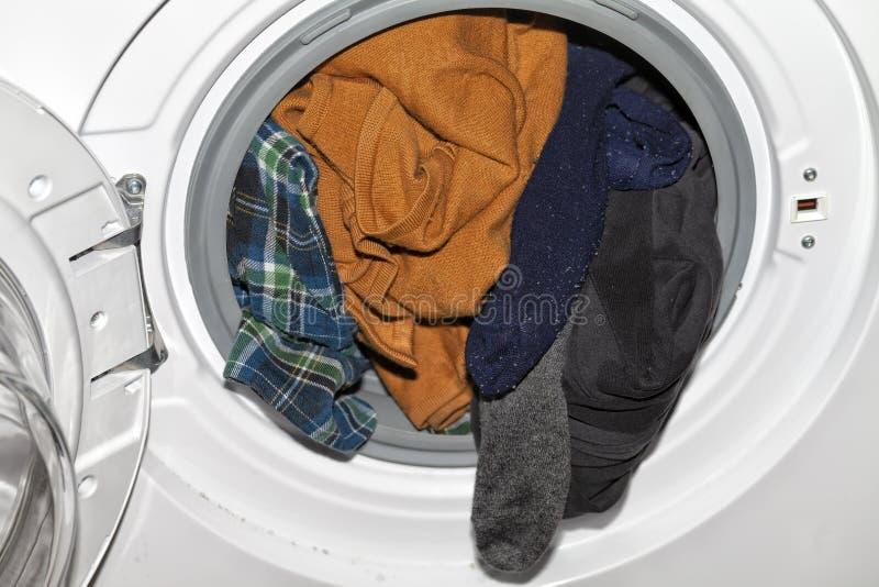 Automatische Kleidungswaschmaschine mit vieler schmutzigen Kleidung nach innen stockbild