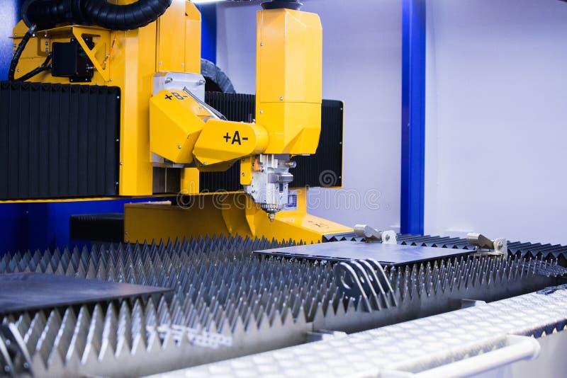 Automatische machine om metaal te snijden royalty-vrije stock foto's