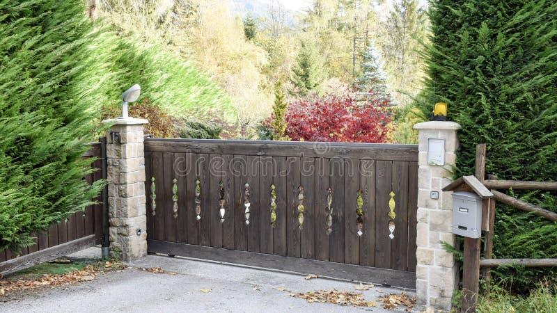 Automatische poort op de herfstachtergrond stock fotografie