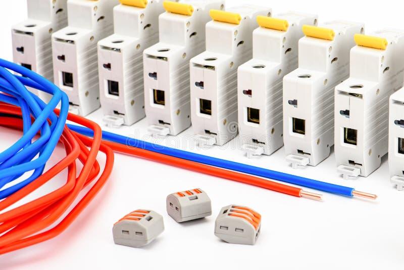 Automatische stroomonderbrekers, op een witte achtergrond Elektro apparatuur Toebehoren voor elektrobescherming en controle royalty-vrije stock afbeeldingen