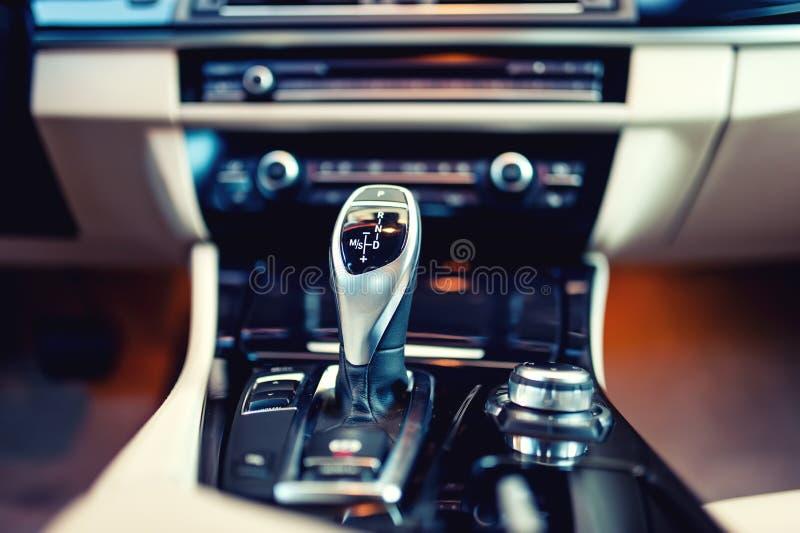 Automatische toesteldraaier in a, moderne auto Auto binnenlandse details stock afbeelding