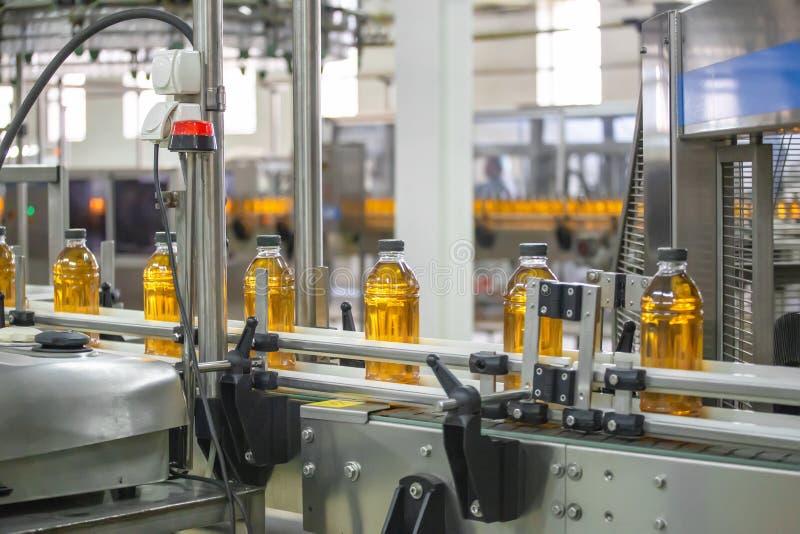 Automatische transportband van productielijn van sap op drankinstallatie of fabriek, modern geautomatiseerd industrieel materiaal stock foto