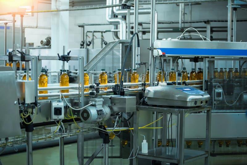 Automatische transportband van productielijn van sap op drankinstallatie of fabriek, modern geautomatiseerd industrieel materiaal stock fotografie