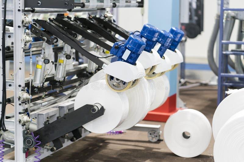 Automatische verpakkingsmachine met plastic zak en document vakje stock foto