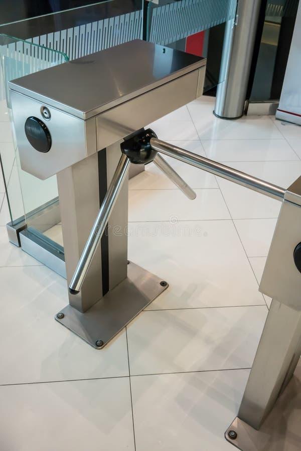 Automatische zilveren metaalveiligheidsturnstile post stock foto's