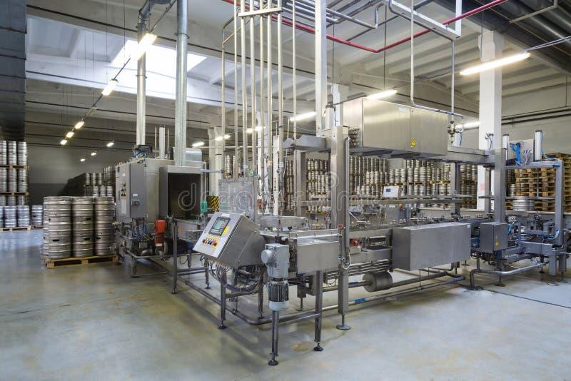 Automatischer Förderer in der Brauerei Ochakovo lizenzfreie stockbilder