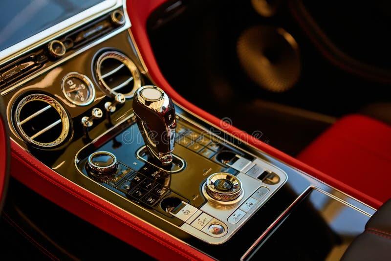 Automatischer Schalthebel Luxusauto Schieferdecke lizenzfreies stockbild
