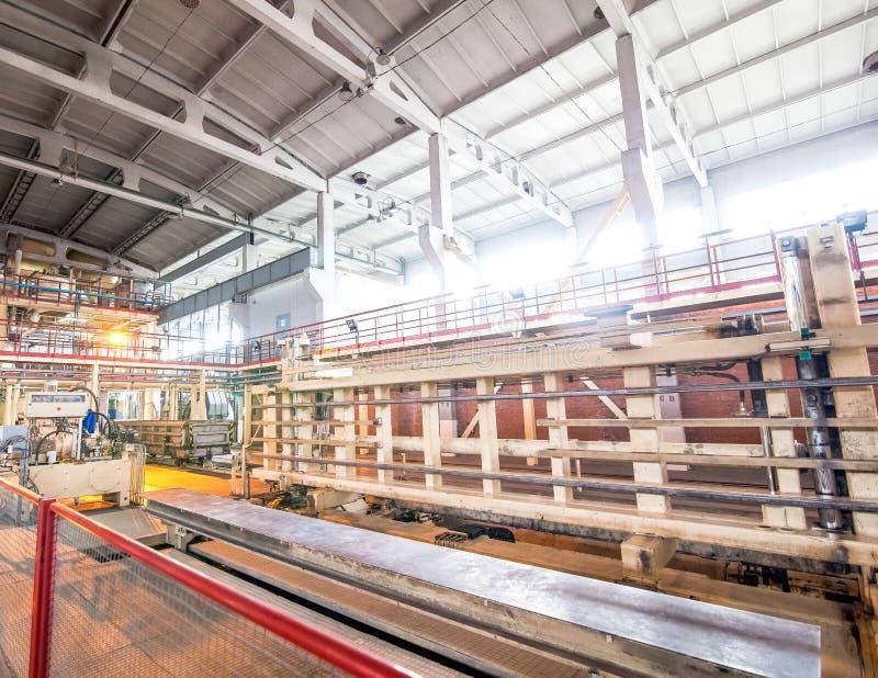 Automatiserad industriell utrustning på fabriken i produktionkorridor royaltyfri fotografi