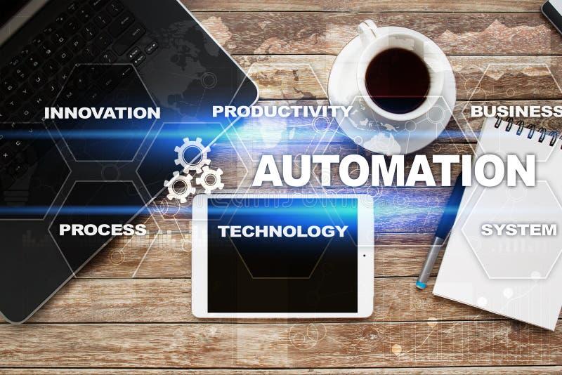 Automatiseringsconcept als innovatie, verbeterend productiviteit in technologie en bedrijfsprocessen stock afbeeldingen