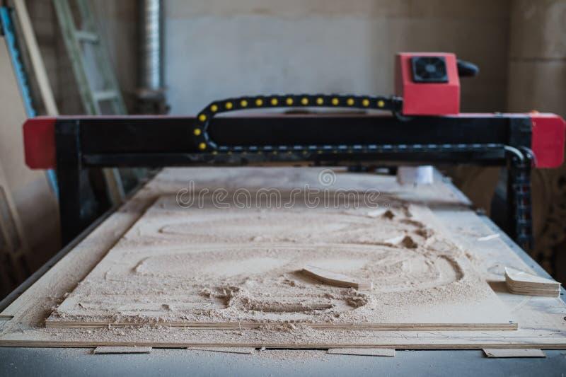 Automatisiert, CNC-Maschine in der hölzernen Werkstatt schneiden stockbild