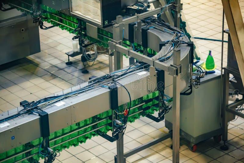 Automatisierte abfüllende Fertigungsstraße des Bieres Leere Bierflaschen auf Förderband stockbilder