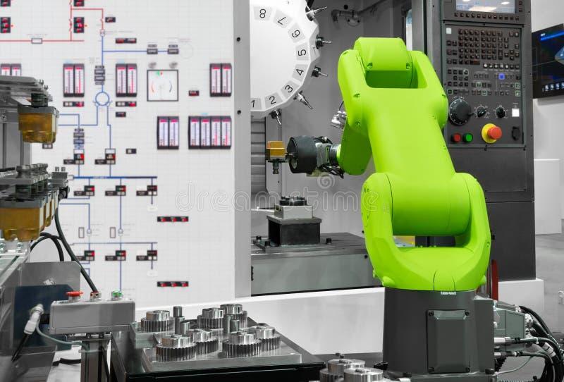Automatisierungsroboterindustrie, die Automobilteile mit CNC-Maschine in der Herstellung auswählt lizenzfreie stockfotos