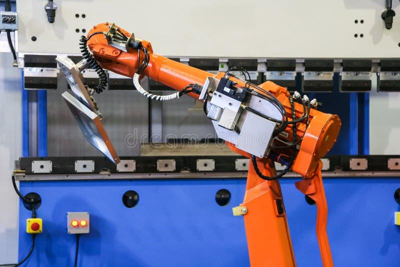Automatisk böjande maskin med roboten royaltyfri foto