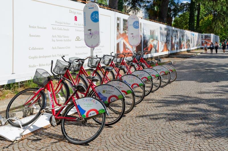 Automatisk cykelhyra, punkt av stadsprogrammet Ecovolis, Tirana, Albanien arkivfoton