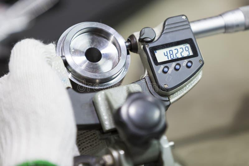Automatisk del för operatörskontroll vid mikrometer royaltyfria bilder