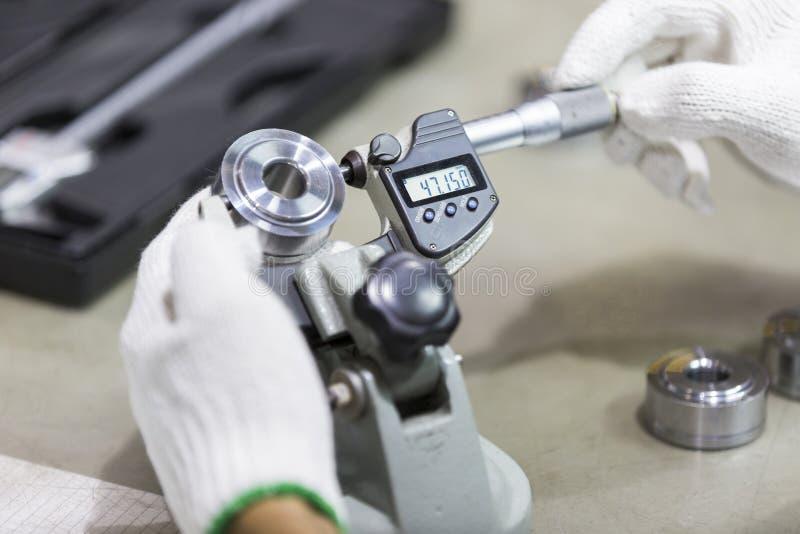 Automatisk del för operatörskontroll vid mikrometer arkivfoton