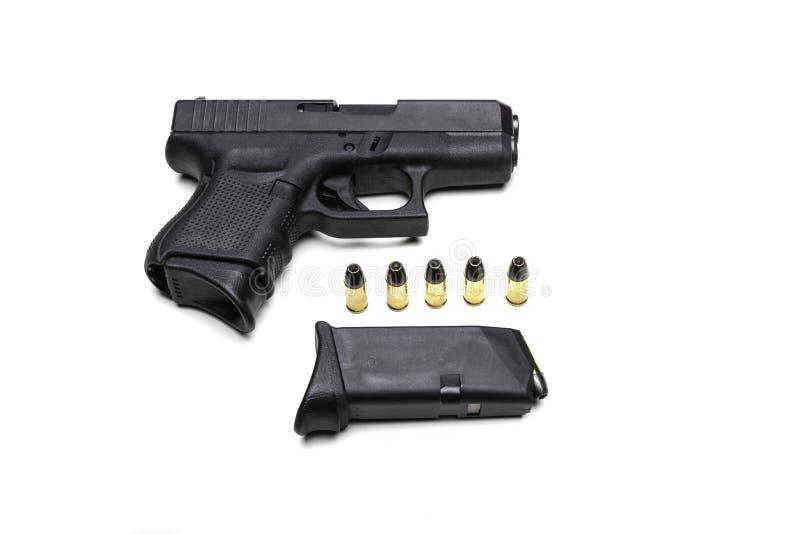 Automatisk 9mm pistol som isoleras på en vit bakgrund med kulor royaltyfri fotografi