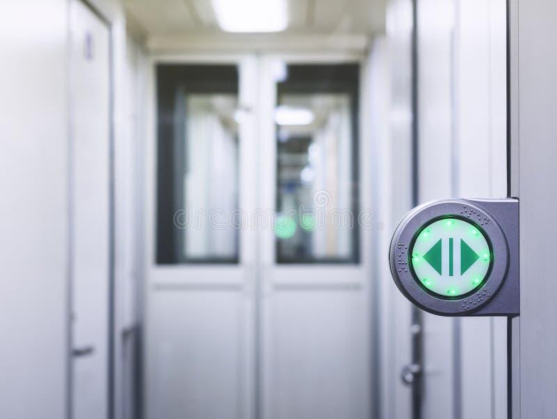 Automatisk port med tillträde för dörr för grönt öppet för tecken drev in automatiskt royaltyfria foton