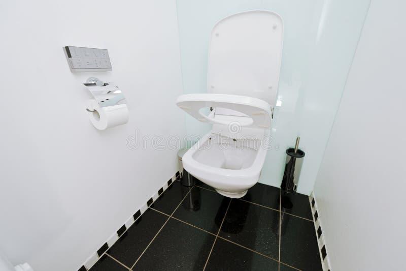 Automatisk toalettwc med fjärrkontroll royaltyfria bilder