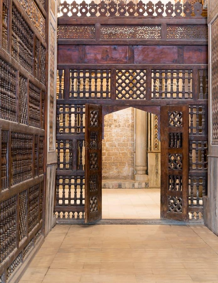 Automatisk träväggmashrabiya med den träutsmyckade dörren arkivfoto