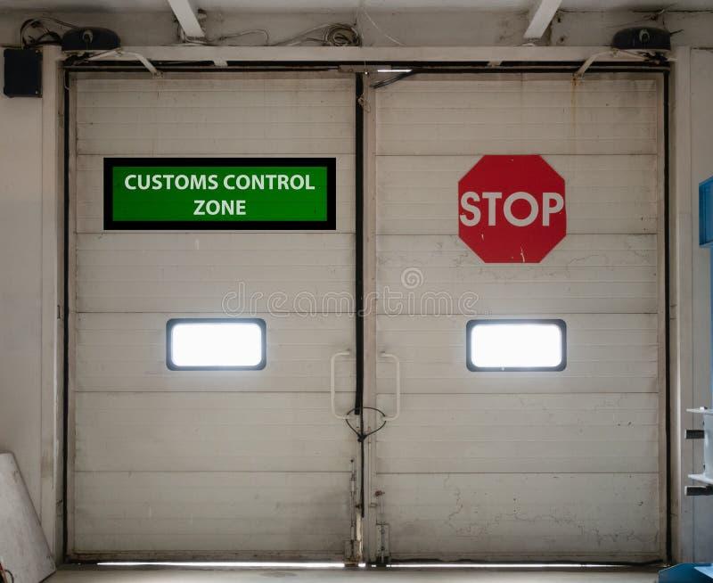Automatiska portar för tullkontrollzon fotografering för bildbyråer