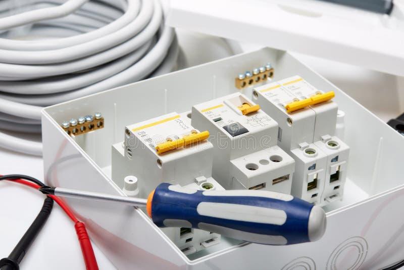 Automatiska strömkretssäkerhetsbrytare elektrisk utrustning arkivbild