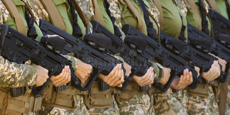 Automatiska vapen i kvinnliga h royaltyfri fotografi