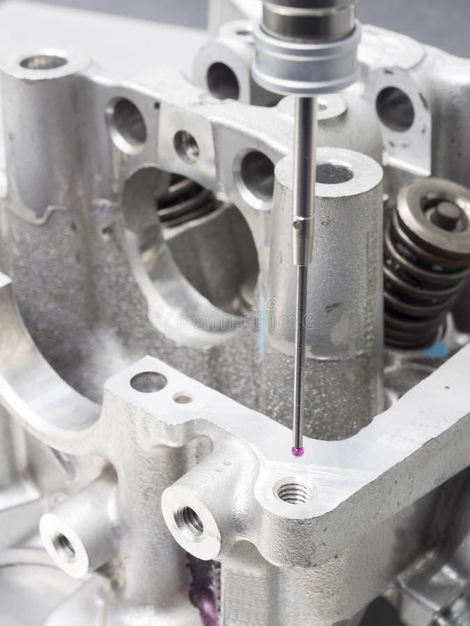 Automatiskt head cylindermått för kontroll royaltyfri bild