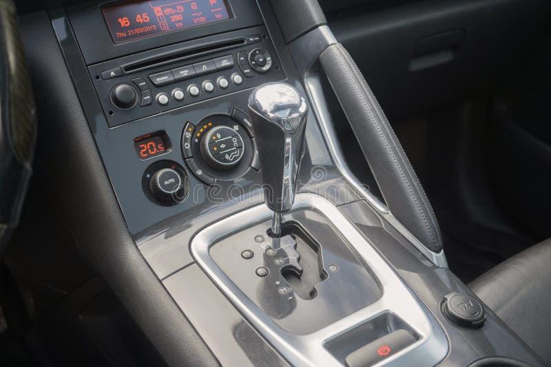 Automatiskt kugghjul parkerad inre modern medelbilbil arkivbilder