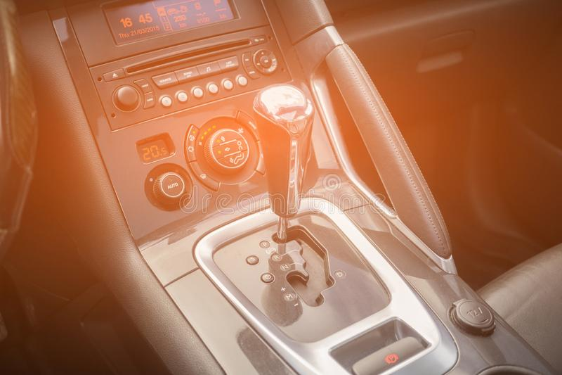 Automatiskt kugghjul parkerad inre modern medelbilbil royaltyfri bild