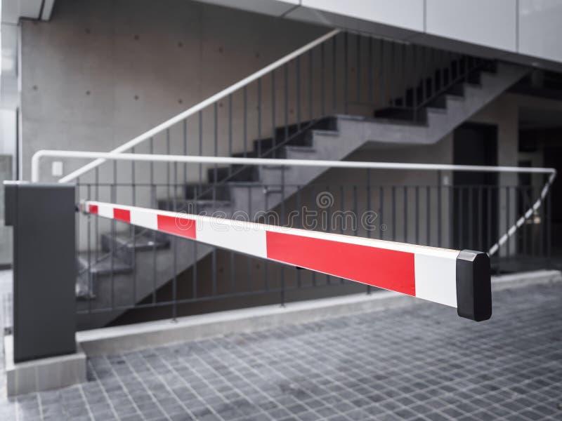 Automatiskt tillträde för ingång för byggnad för portbarriärparkeringsplats royaltyfri bild