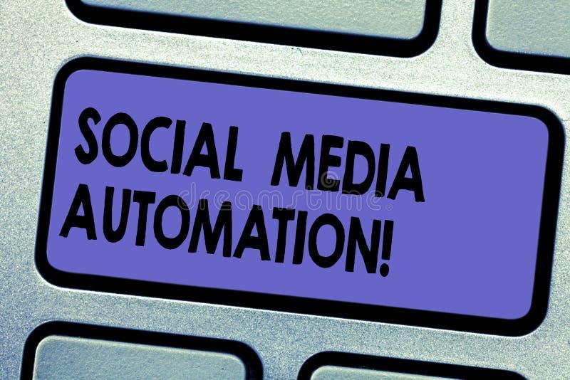 Automatização social dos meios do texto da escrita da palavra Conceito do negócio para a automatização de afixar o índice ao tecl fotos de stock royalty free