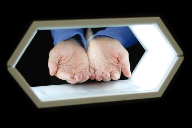 Automatyczna dezynfekcja ręki miejsce publicznie - ręce do góry obraz royalty free