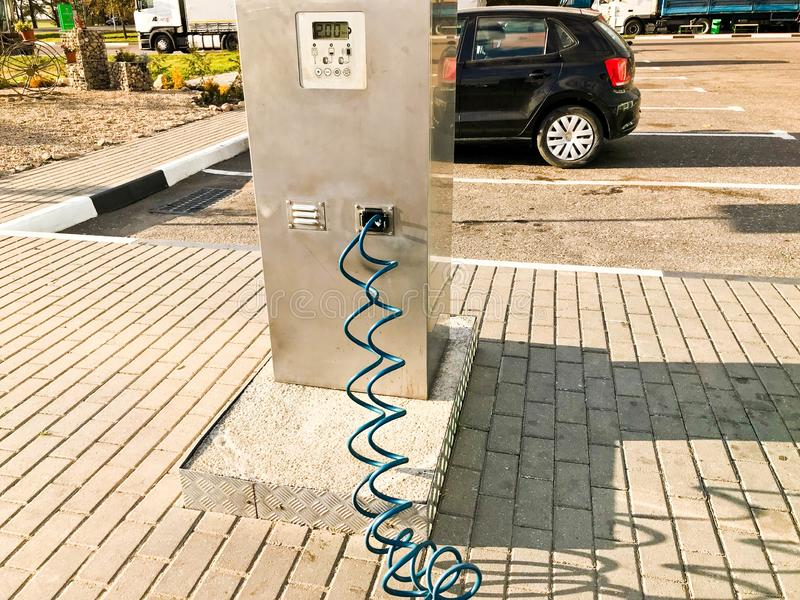 Automatyczna stacja dla nadymać męczy dla ciężarówek i samochodów w opona warsztacie, benzynowej stacji z wężami elastycznymi i c obrazy stock