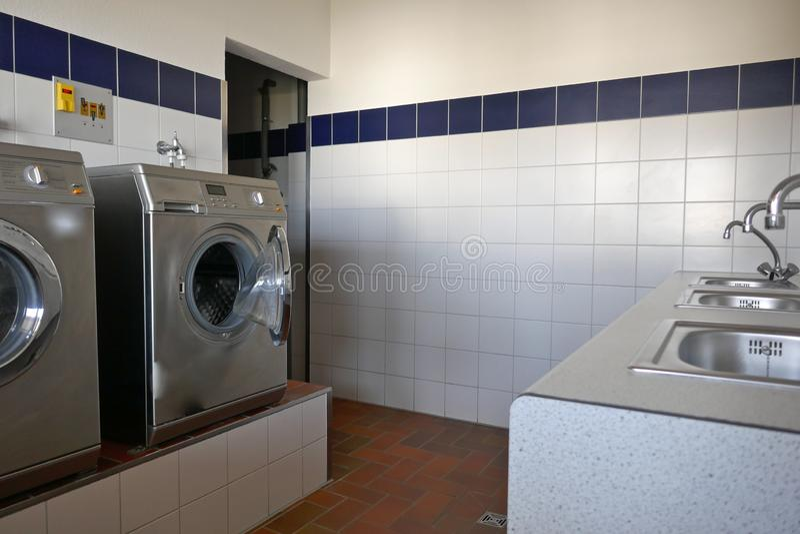 Automatyczne pralki i stal nierdzewna zlew iand tabsin nowożytny oszczędnościowy pokój campsite obraz stock